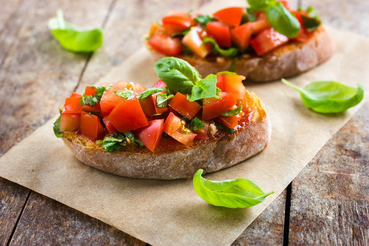Bruschetta com tomate e manjericão