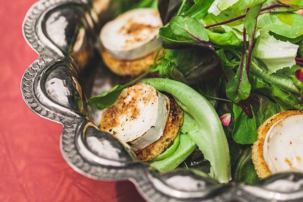 Salada de verdes com queijo de cabra quente