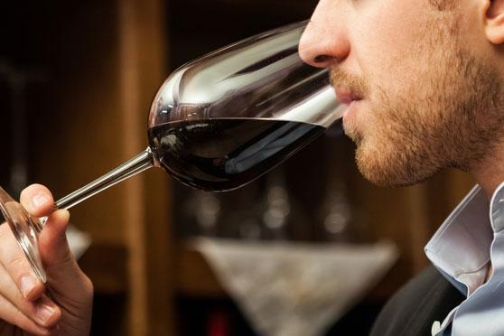 f618dbb9b Para compreender as sensações que um vinho pode proporcionar ao paladar é  preciso seguir alguns passos técnicos de degustação que